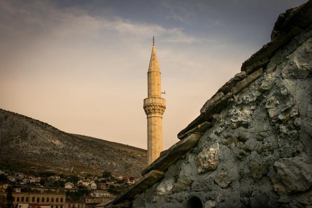 Utsikt til minareten ved hotellet vårt i gamlebyen i Mostar.