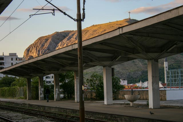 Tidlig morgen på jernbanestasjonen i Mostar, Bosnia.