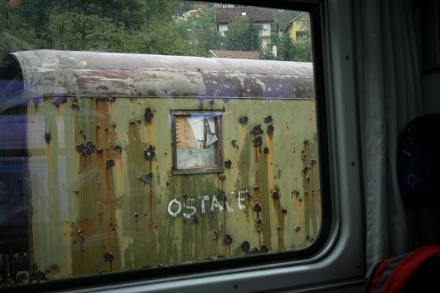 Vogner med kulehull stod fortsatt langs jernbanelinjen da vi tok toget fra Mostar til Sarajevo i 2008.