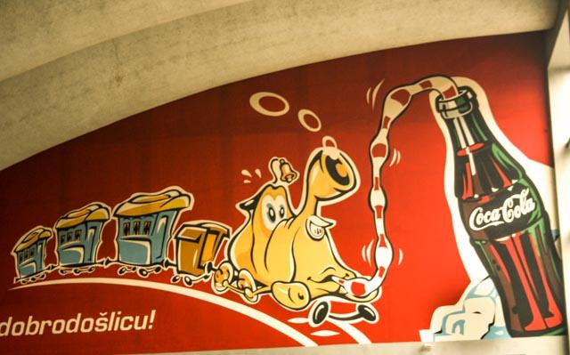 Cola-reklame fylte en hel vegg på jernbanestasjonen i Sarajevo.