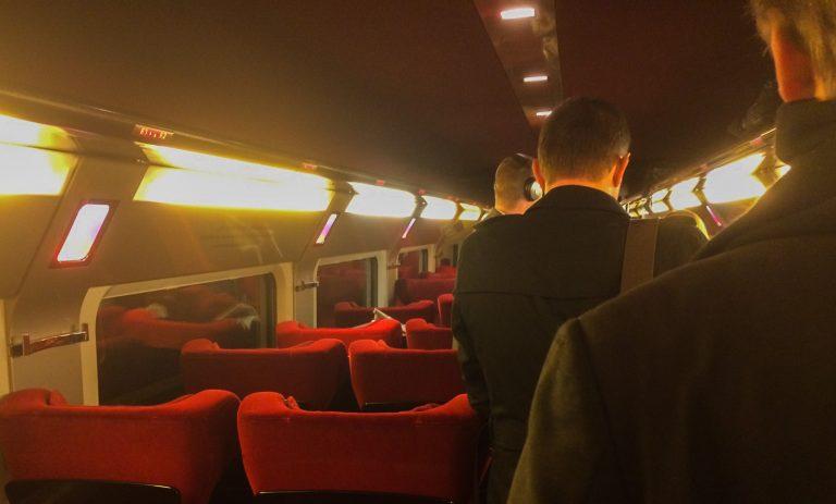 Passasjerer og interiør ombord på Thalys fra Køln via Brusel til Paris.