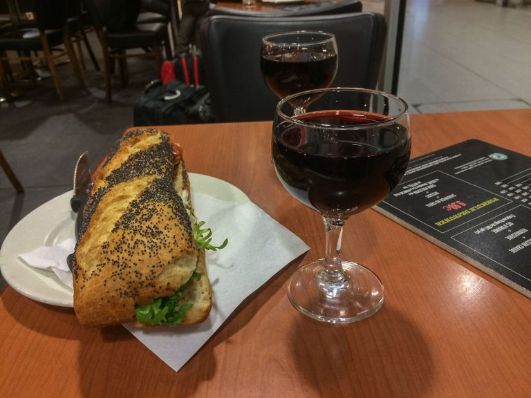 På en stille cafe på Gare de Austerlitz gjør vi det en bør gjøre en kveld i Paris, vi spiser fransk mat og drikker fransk vin.