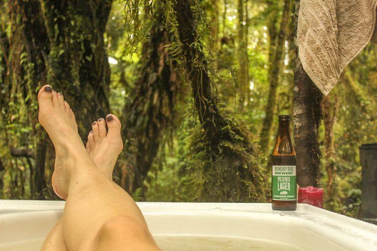 Perfekt avslutning av en fin togferie på New Zealand: Et badekar i regnskogen i Hokitika./The perfect way to end a rail journey in New Zealand: A bathtub in the rainforest, Hokitika.