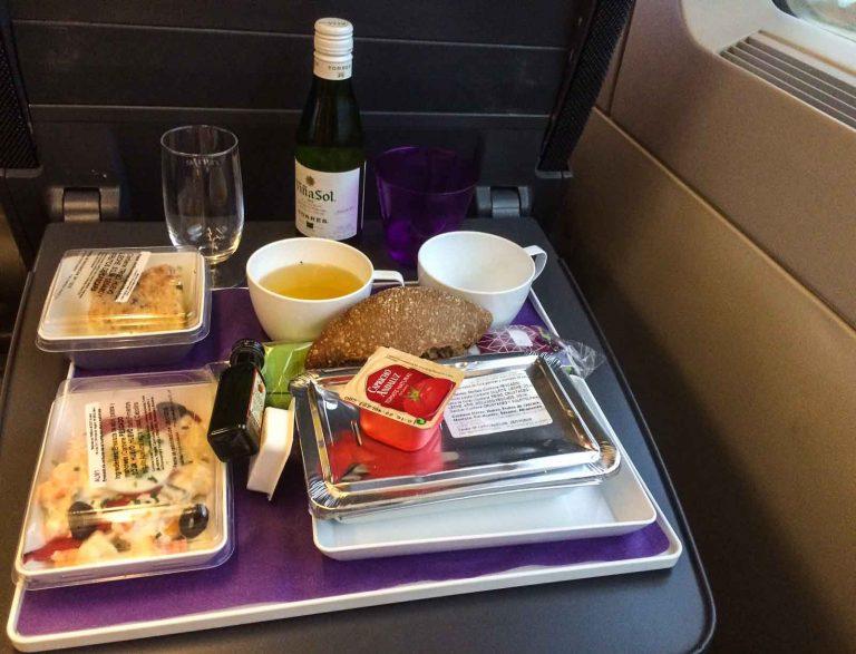 God servering av både mat og drikke til Preferente-passasjerer på spanske hurtigtog.