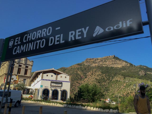 For at ingen skal være i tvil: Jernbanestasjonen i bittelille El Chorro har fått navn etter den nye turistattraksjonen, Caminito del Rey.