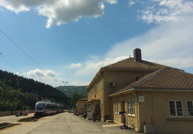 Dombås stasjon: Toget til Åndalsnes venter lenge og tålmodig på toget fra Oslo.