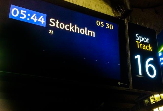 Tavlene på Oslo S viser 05.44 når hurtigtoget til Stockholm går.
