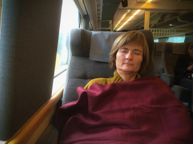 Vi sover godt på morgentoget fra Oslo S til Stockholm C.