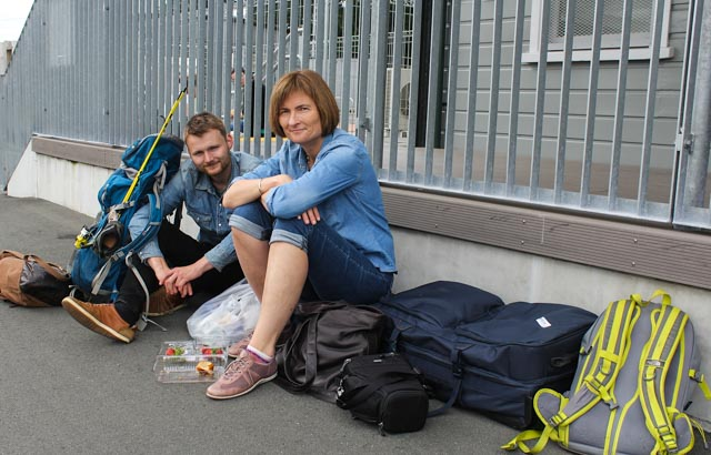Mor og sønn venter på buss for tog fra Auckland./Mother and son waiting for bus replacing train from Auckland.
