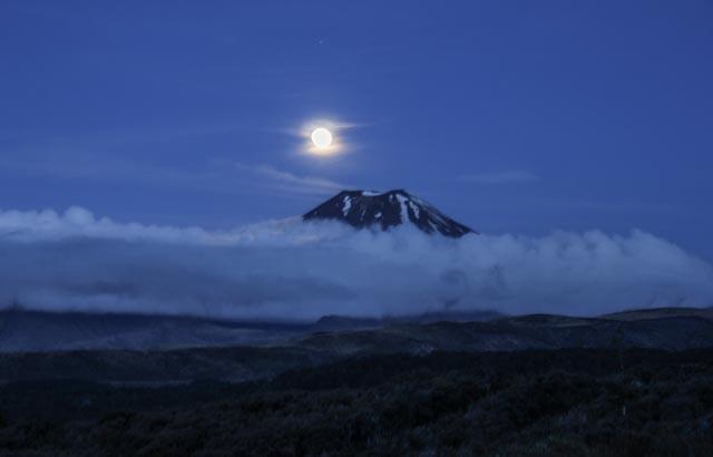 """Første kvelden på togturen vår gjennom New Zealand overnatter vi i Tongariro nasjonalpark og får se fullmånen over selveste """"Mount Doom"""" som vi kjenner fra Ringenes herre-filmene."""