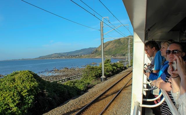Bildet er tatt fra den åpne fotovognen ombord på Northern Explorer, toget som går mellom Auckland og Wellington på nordøya av New Zealand.