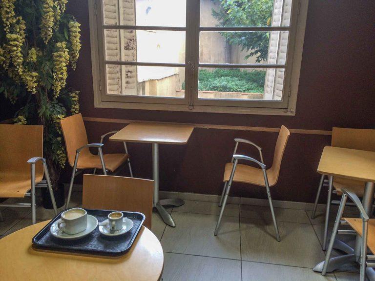 Morgenkaffe like ved jernbanestasjonen i Perpignan, Sør-Frankrike.
