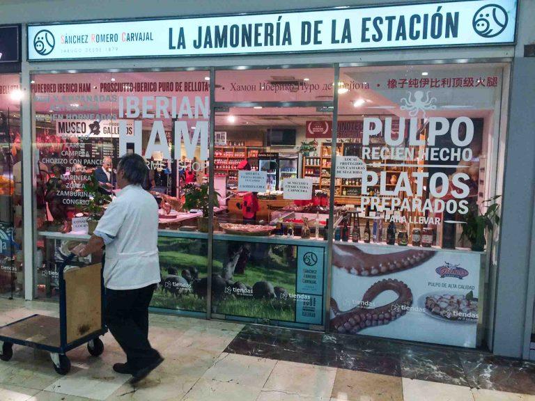 Barcelona Sants: Her har jernbanestasjonen eget skinkeutsalg.