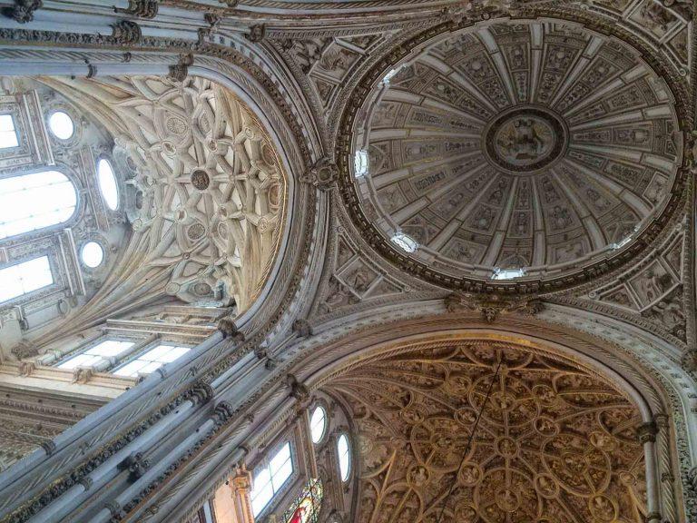 Taket inne i katedraldelen av moske-katedralen Mezquita i Cordoba.