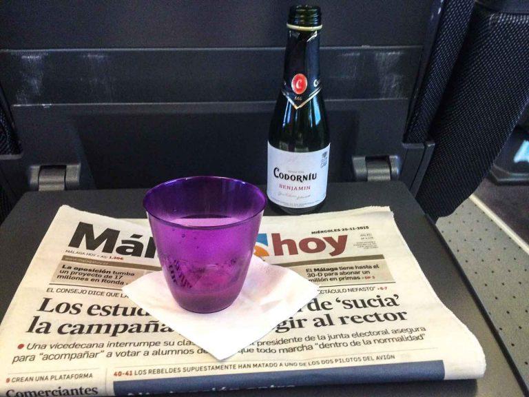 Musserende i glasset om bord på hurtigtog fra Barcelona til Malaga.