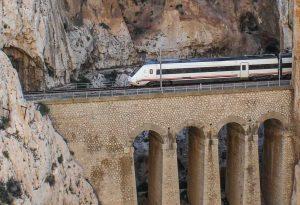 Når vi sitter der med Europa utenfor togvinduet, er alle problemer med å bestille togbilletter glemt! Her fra togturen gjennom Garganta el Chorro i Sør-Spania.