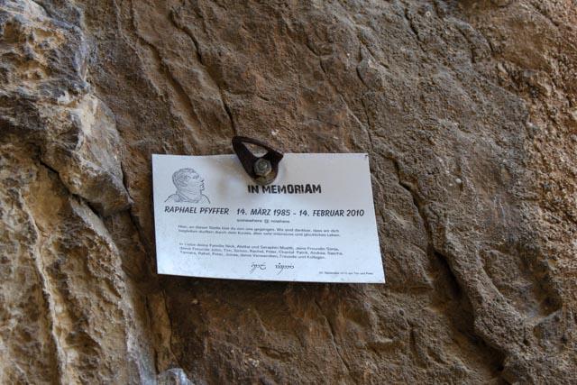 Langs Caminito del Rey finner vi små minnetavler som forteller om klatrere som ikke overlevde turen.