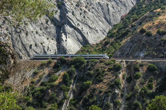 Hurtigtogene går i ny tunell, men fortsatt kjøres det regiontog gjennom vakre Garganta el Chorro.