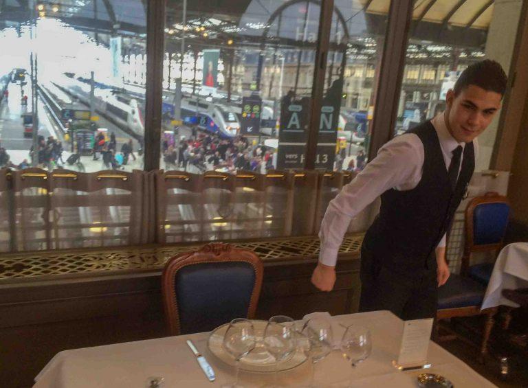 Fire vinglass, litt mat og så rett på toget her på Le Train Bleu på Gare de Lyon, Paris.