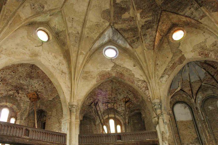 Kirkerommet i Aleksandri storkirke i Narva bærer preg av at det har vært noen vanskelige tiår.