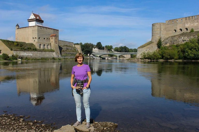 Vi har tatt toget fra Tallin til Narva i Estland, og her har vi nå Hermann-festningen bak oss på estisk side av elven og den langt større Ivangorod-festningen på russisk side.