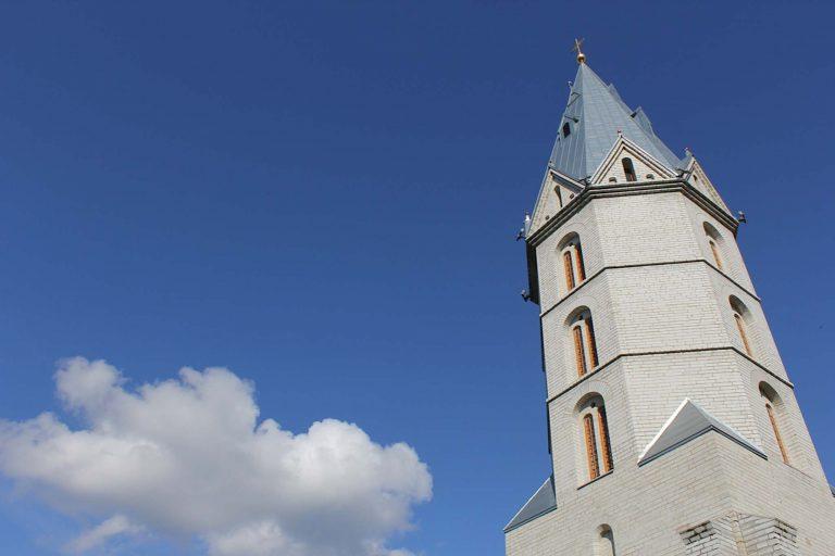 Det nyrestaurerte tårnet til Aleksandri storkirke i Narva, Estland. Hit har vi reist med tog fra Tallin.