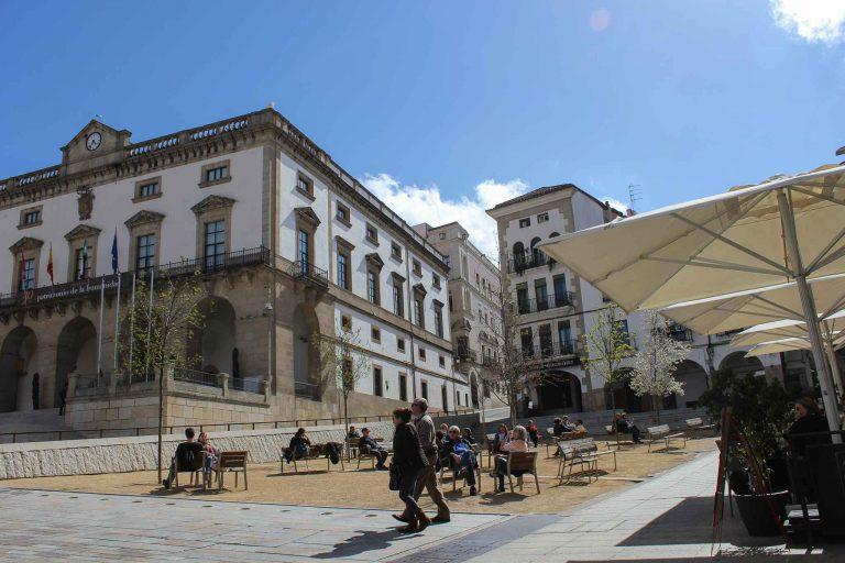 Plaza Mayor i Caceres - det er mange grunner til å gå av toget og ta en dag eller to i denne byen .