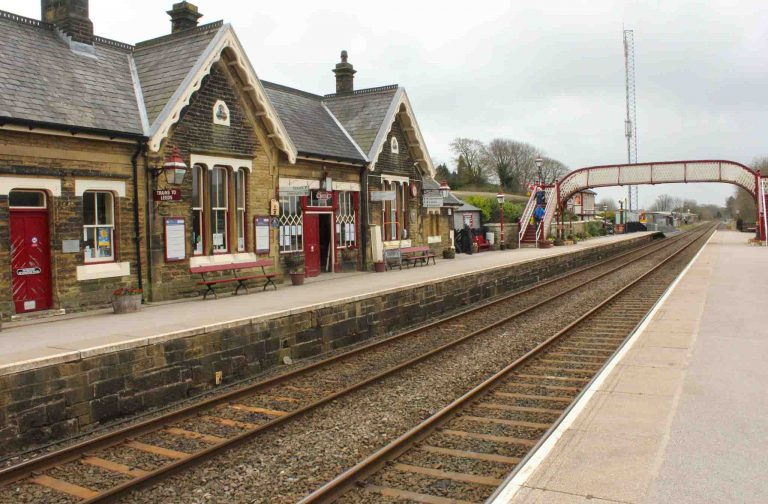 Jernbanestasjonen i Settle er liten og idyllisk - og her starter the Settle-Carlislie-line, en av Storbritannias vakreste togturer.