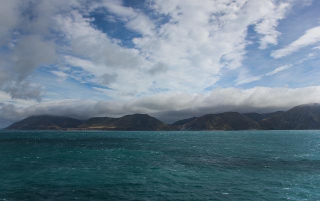 Her krysser vi Cook Strait med ferje. En fin start på turen fra Wellington til Christchurch på New Zealand./Crossing Cook Strait by ferry on our journey from Wellington to Christchurch.