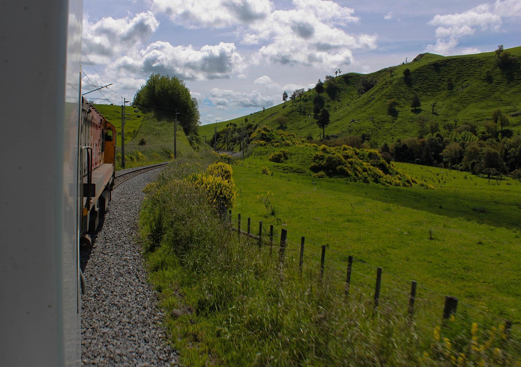 Reiser du med tog på New Zealand, kan du slappe av og la landet fortelle om seg selv.