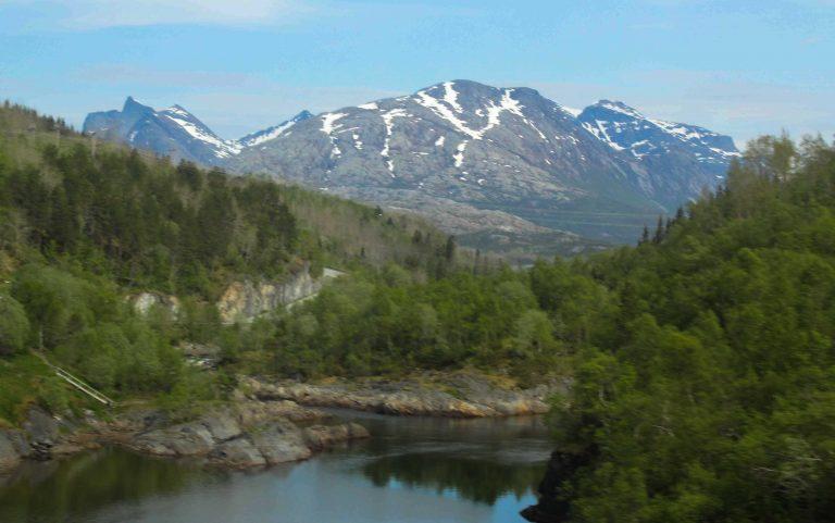Langs Nordlandsbanen kommer fotomotivene tett. Dette bildet er tatt like etter avgang fra Bodø.