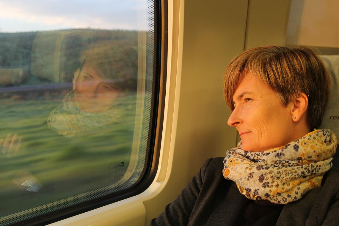 Her på Togbloggen handler det om å reise langs bakken, nær folk og landskap. Fotoet viser Sigrid Elsrud, togblogger.
