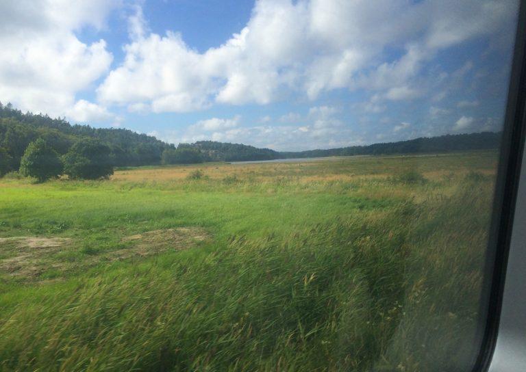SJs hurtigtog fra Strömstad til Stockholm holder rolig tempo her langs den svenske vestkysten.