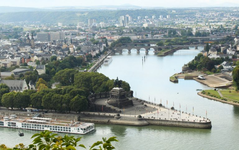 Deutsches Eck i Koblenz, der Mosel møter Rhinen.