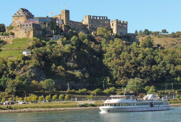 KD-båten vi skal reise med, her med Burg Rheinfels i St. Goar i bakgrunnen.