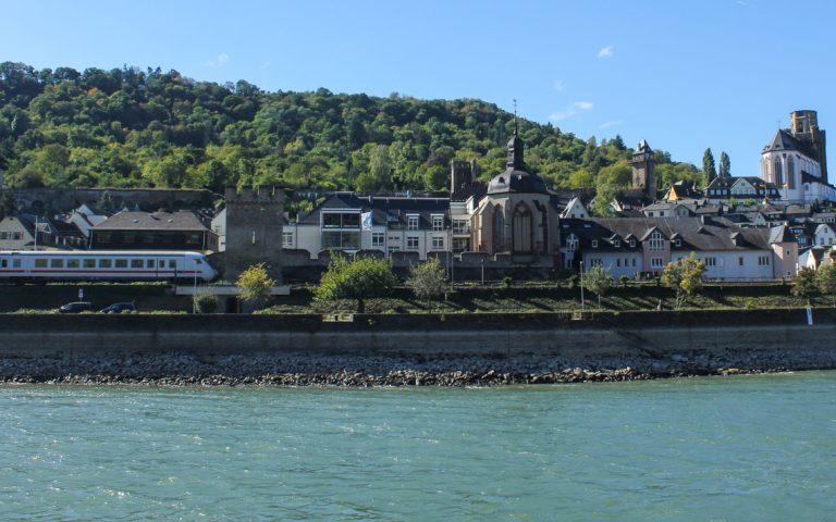 Aldri langt mellom båt og tog på Rhinen.
