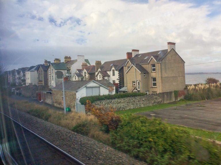 Vi har kommet til kysten av Wales./We have reached the coastline of Wales.