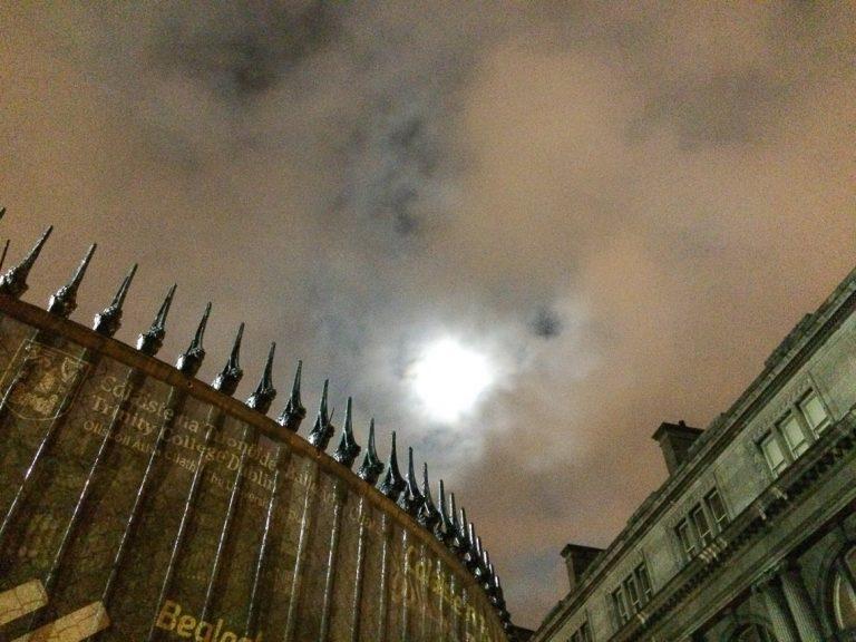 Supermåne bak skyene over Trinity College, Dublin./A supermoon can be seen over Trinity College, Dublin.