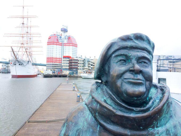 Evert Taube-statuen i havnen i Gøteborg.