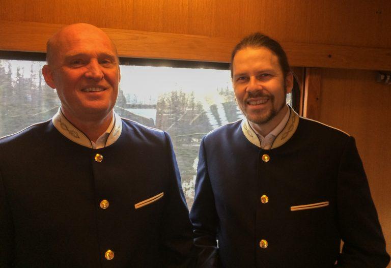 Togvertene kler seg i stil med 60-tallstoget om bord på Blå Tåget.