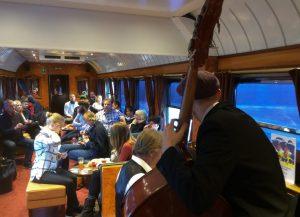 Konsert i pianobaren om bord i Blå Tåget.