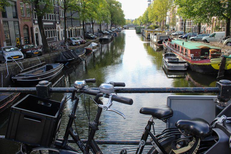Sykkel og kanal - et typisk Amsterdam-bilde.