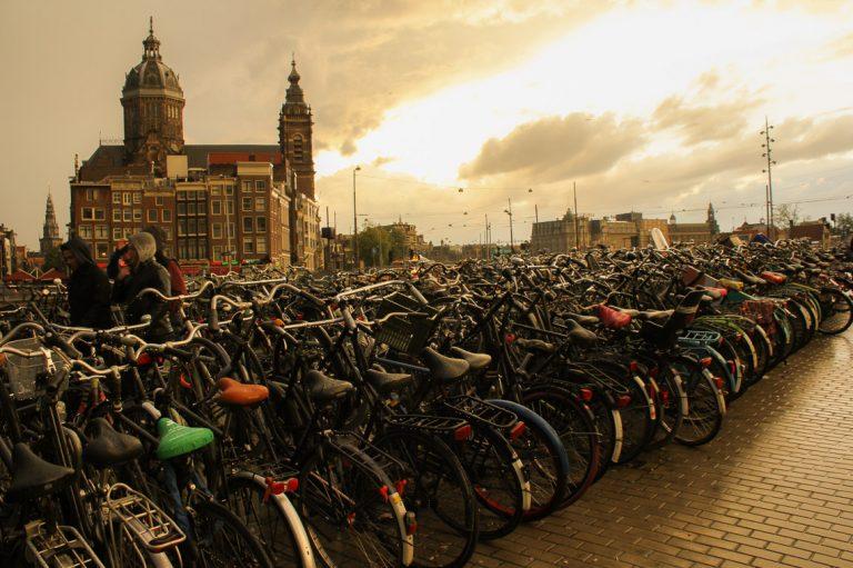 Parkeringsplassen ved Amsterdam C består av sykler.