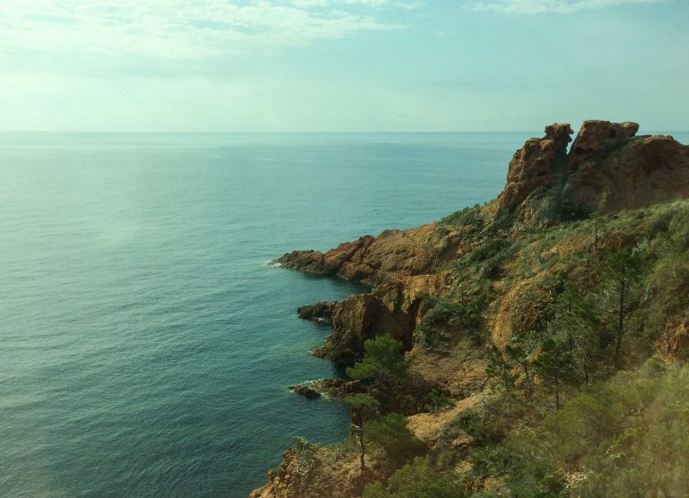 Røde klipper sør for Saint-Raphaël sett fra tog langs den franske middelhavskysten.