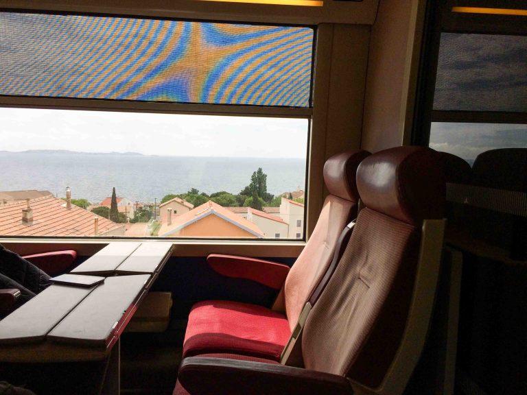 God plass og fin utsikt på toget fra Marseille til Miramas.