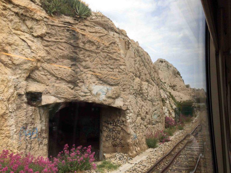 Blue Coast Train glir sakte gjennom det hvite klippelandskapet utenfor Marseille.