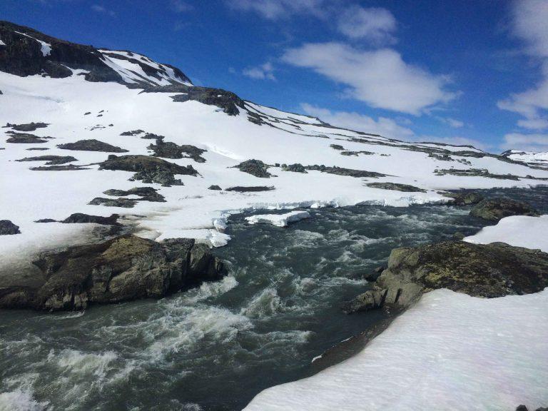 Snøsmelting sett fra Bergensbanen.