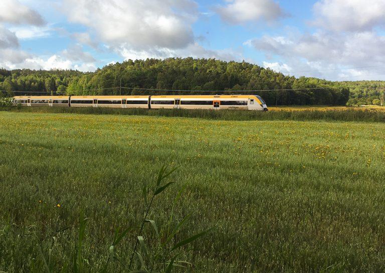 Bohusbanan fotografert i landskapet langs den svenske vestkysten.