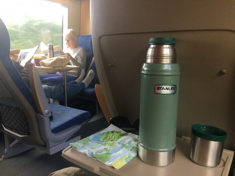 Det er ingen servering om bord på Bohusbanan. Vi tok med termos med kaffe.
