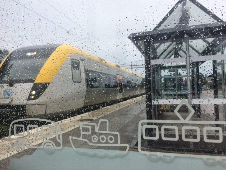 De beste togreisene: Stenungsund stasjon fotografert en regnværsdag.